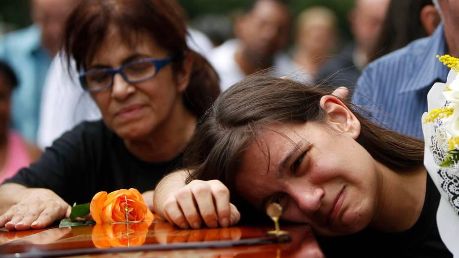 A filha da capitã do Exército Daniele Dias de Mattos se emociona durante o sepultamento da militar no Cemitério de Inhaúma, zona norte do Rio de Janeiro