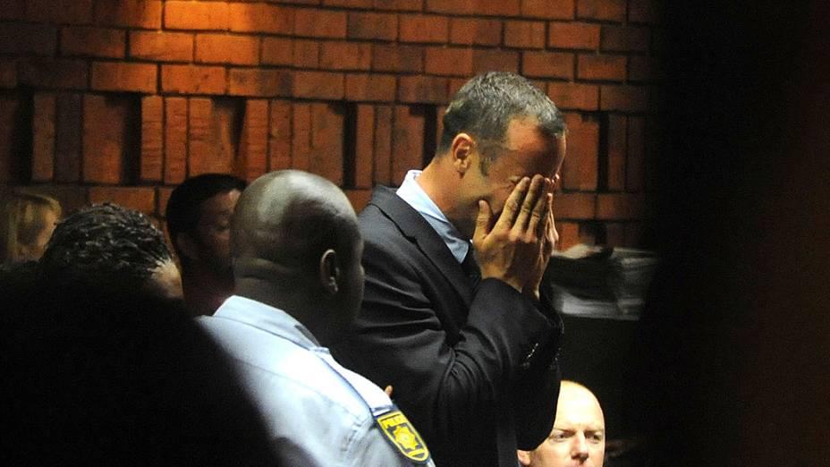 """Acusado de homicídio premeditado, Oscar Pistorius chora. O velocista sul-africano Oscar Pistorius deverá responder a uma acusação de """"homicídio premeditado"""", revelou nesta sexta-feira a Promotoria que trata do caso da morte da namorada do atleta, a modelo Reeva Steenkamp, de 30 anos"""