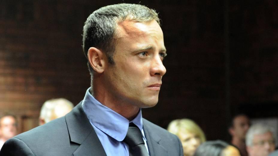 O velocista sul-africano Oscar Pistorius, acusado de homicídio premeditado, num tribunal de Pretoria