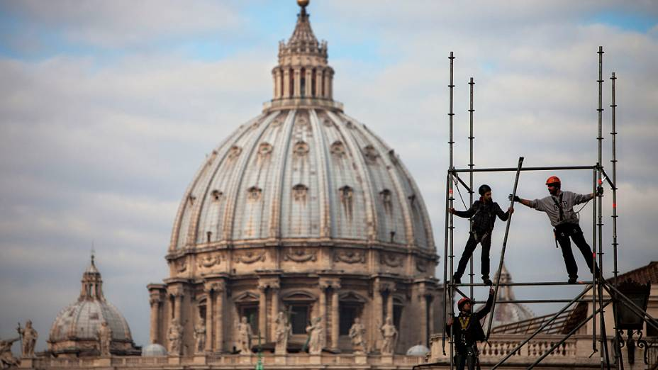 Trabalhadores montam palco próximo a praça de São Pedro (Vaticano). O Papa Bento XVI irá despedir-se dos fiéis numa audiência geral no dia 27 de fevereiro