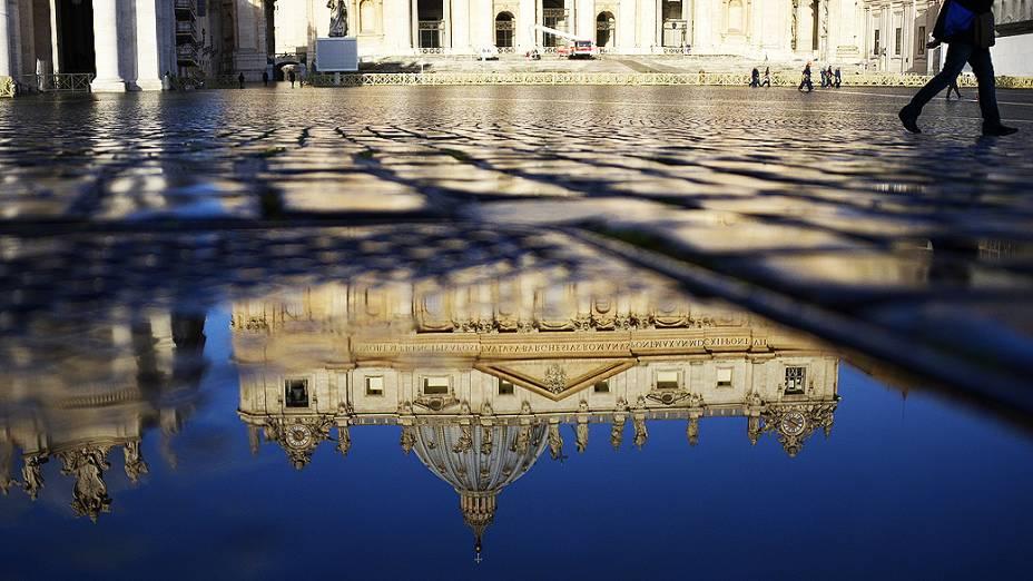 A Basílica de São Pedro, no Vaticano, em preparação à eleição do novo papa ao fim do conclave, que se inicia na terça-feira (12)