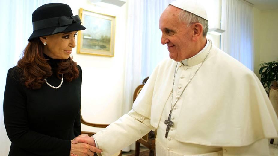 """Foto divulgada pelo """"LOsservatore Romano"""" da visita de Cristina Kirchner ao papa Francisco I, nesta segunda-feira (18)"""
