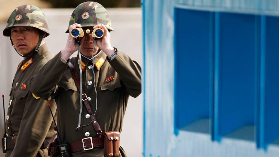 Soldado norte-coreano observa o sul enquanto patrulha a vila de Panmunjeom, na fronteira entre as Coreias, em 19/03/2013