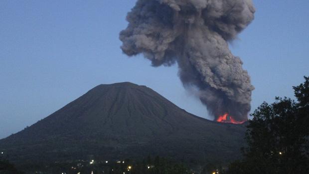 <p>Na Indonésia, área de 2,5 km de isolamento é criada após vulcão Lokon entrar em erupção</p>