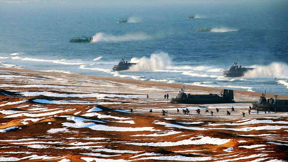 Tropas norte-coreanas fazem treinamento em local não identificado. Há suspeitas de que a foto da agência estatal tenha sido adulterada, para aumentar o número de embarcações