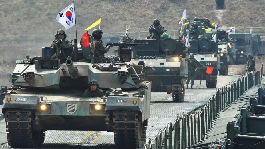 Tanques sul-coreanos passam por uma ponte temporária perto da fronteira com a Coreia do Norte. Nova presidente da Coreia do Sul prometeu forte resposta militar a qualquer provocação da Coreia do Norte depois que Pyongyang anunciou que os dois países estavam agora em estado de guerra
