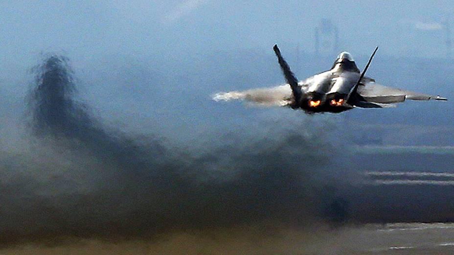 Um caça F-22 Raptor da Força Aérea americana decola na base aérea americana de Osan para exercício militar, em Pyeongtaek (Coreia do Sul )