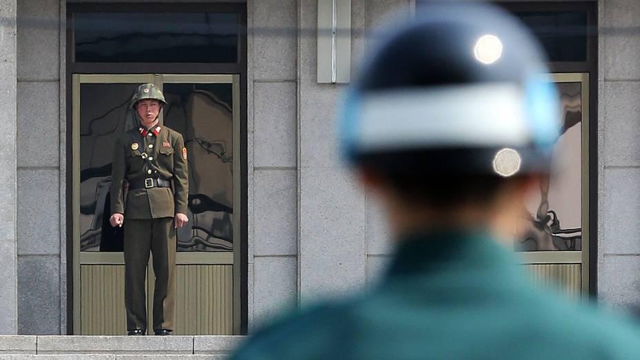 Soldados da Coreia do Norte (e) e do Sul vigiam a zona desmilitarizada, que separa os dois países