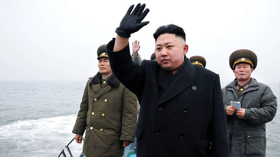O líder norte-coreano Kim Jong Un acena durante inspeção a um dos departamentos de defesa do país