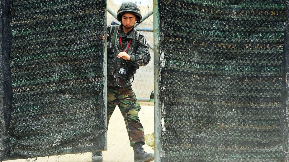 Soldado sul-coreano fecha portão de área militar próxima de Paju e da área desmilitarizada entre a Coreia do Sul e Coreia do Norte