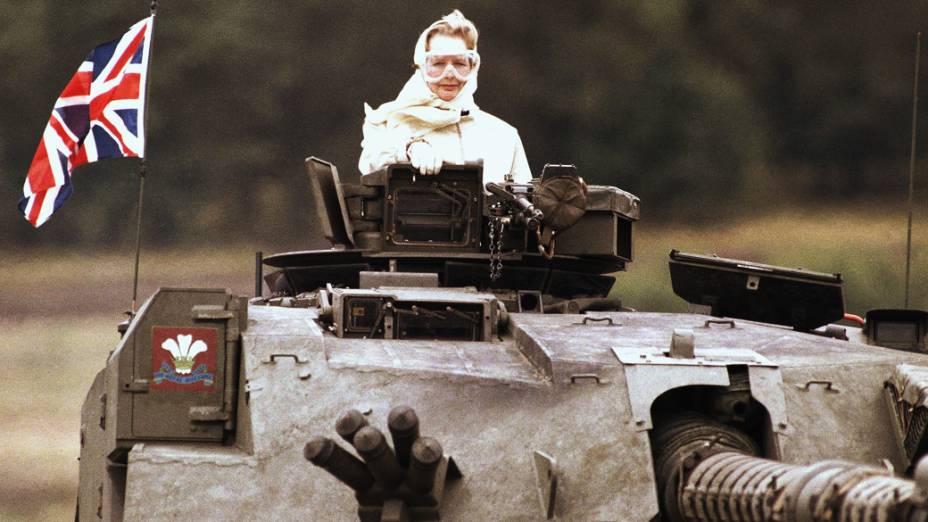 Thatcher é levada em cima de um tanque durante visita às forças britânicas em Fallingbostel, a 120 km de Hamburgo, na Alemanha (1986)