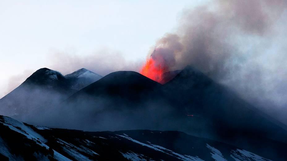 <p>O monte Etna, um dos vulcões mais ativos da Europa, em erupção na ilha italiana da Sicília</p>