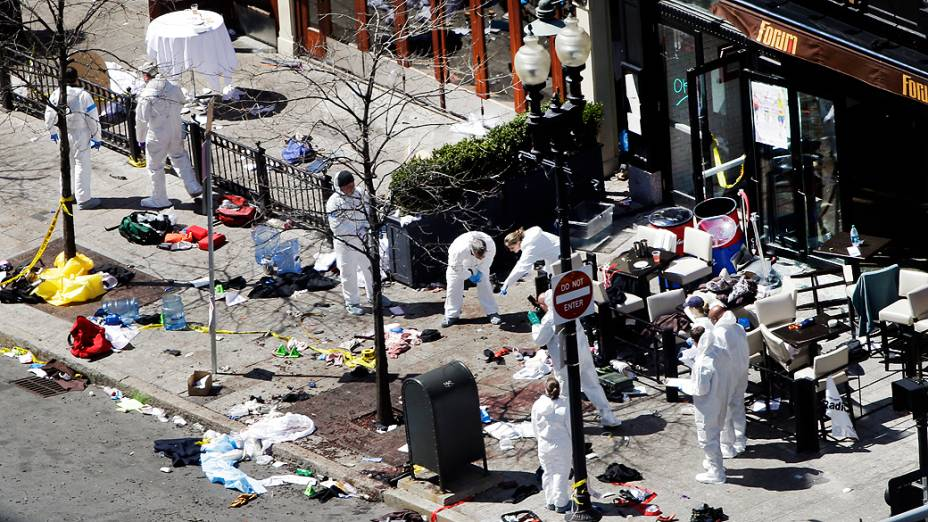 Peritos trabalham no local de uma das explosões durante a Maratona de Boston