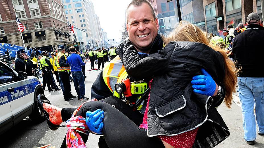Mulher é atendida por equipe de resgate, após se ferir no ataque realizado durante a Maratona de Boston, nos Estados Unidos