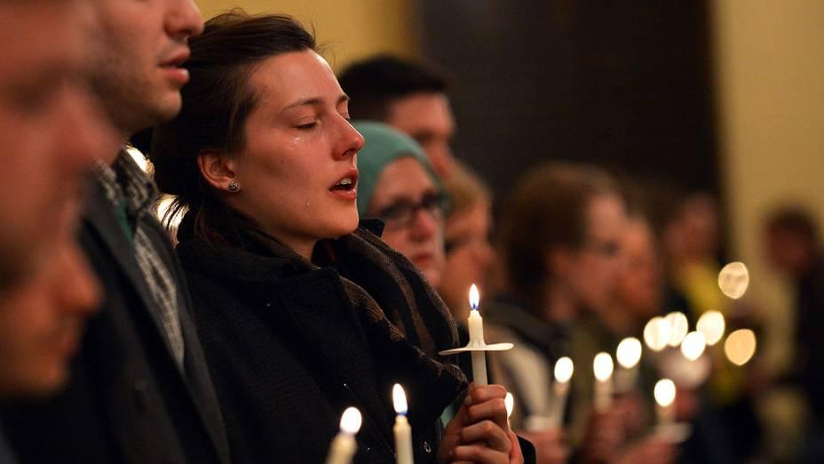 Mulher chora durante um culto inter-religioso à luz de velas em homenagem às vítimas dos atentados ocorridos durante a Maratona de Boston, em Massachusetts