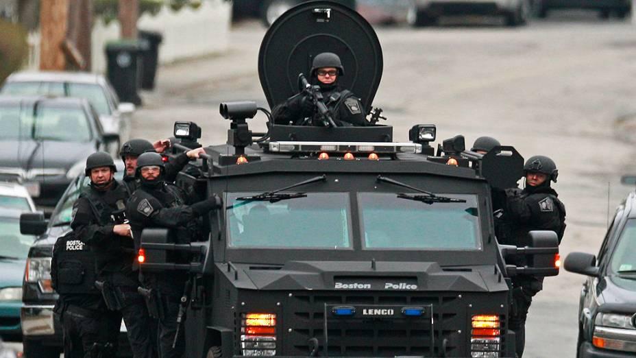 Policiais vasculham região em busca de suspeitos pelos atentados em Boston