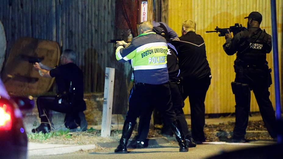 Forças de segurança perseguem em Watertown, no subúrbio de Boston, dois suspeitos de cometer os atentados durante a Maratona de Boston