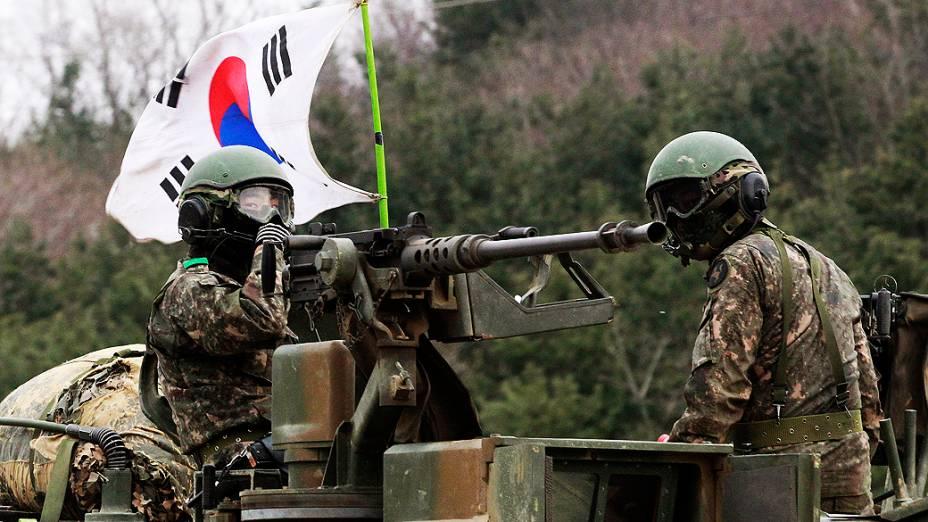 Soldados do exército sul-coreano durante um exercício militar em Paju, perto da aldeia fronteiriça de Panmunjom, Coreia do Sul