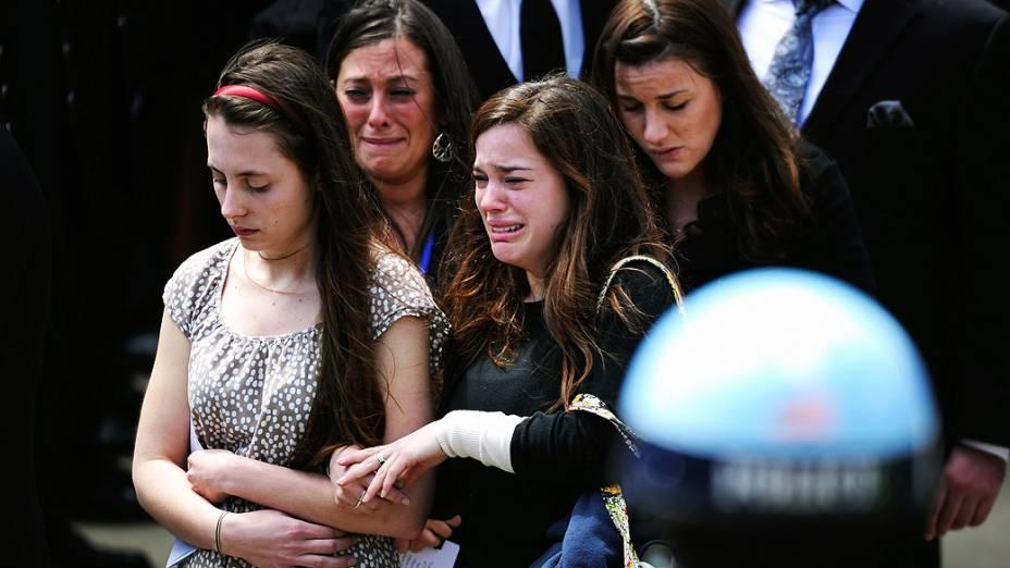 Parentes e amigos deixam o funeral Krystle Campbell, de 29 anos, uma das vítimas das explosões de Boston, nesta segunda (22)