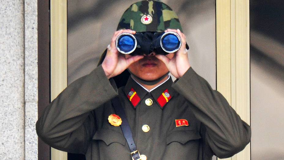 Soldado norte-coreano observa a fronteira perto da aldeia de Panmunjom em Paju, Coreia do Sul