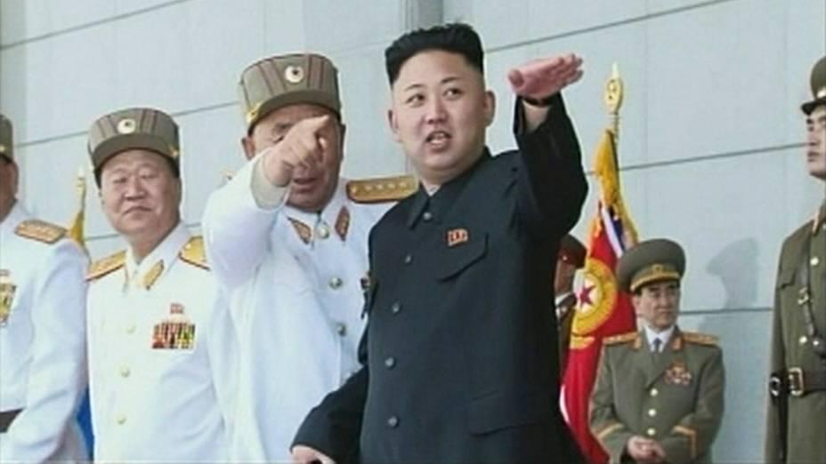 Imagem de TV mostra líder norte-coreano Kim Jong-un durante uma cerimônia militar