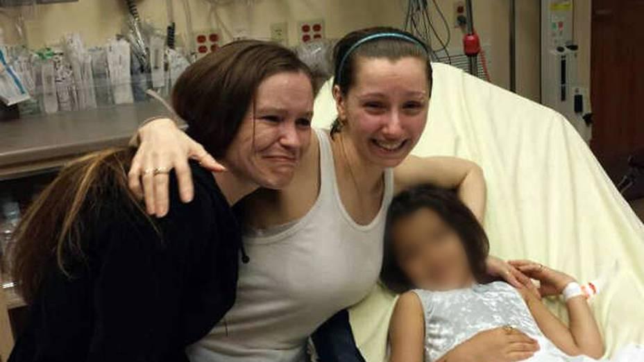Amanda Berry (ao centro), uma das três mulheres sequestradas há ao menos uma década e resgatadas nesta terça-feira, com sua irmã (à esquerda) em Cleveland, Ohio