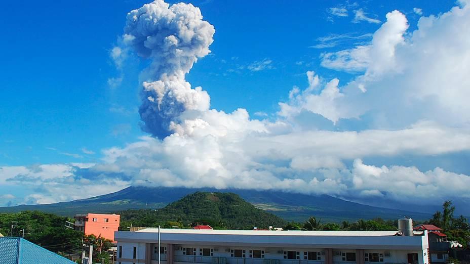 <p>O vulcão filipino Mayon em erupção</p>