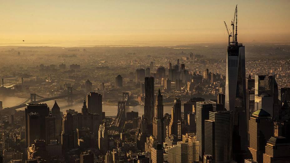 Uma agulha é colocado hoje no topo do edifício One World Trade Center, a última peça do edifício, em Nova York