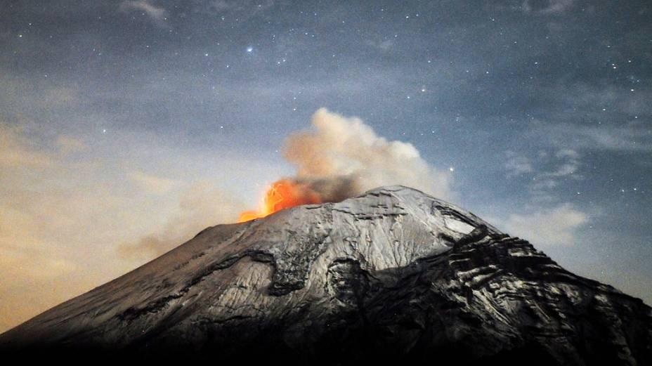 <p>O vulcão Popocatepetl expele nuvem de cinzas e deixa a cidade mexicana de Paso de Cortes em alerta</p>
