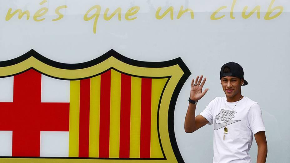 Neymar acena para torcedores fora do estádio Camp Nou. Neymar assinou um contrato de cinco anos com o clube espanhol Barcelona, na Espanha