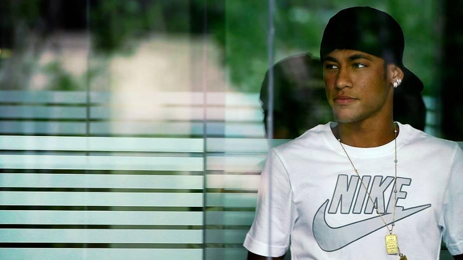 Neymar chega para assinar contrato como jogador do Barcelona, no Camp Nou, na Espanha