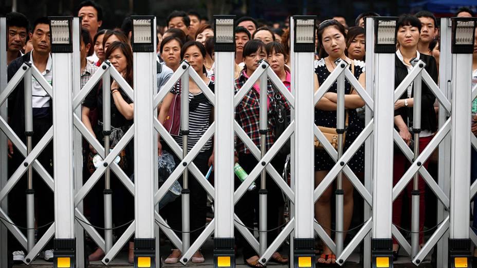 Pais aguardam filhos que estão participando do Gaokao, nesta sexta-feira (7/6)