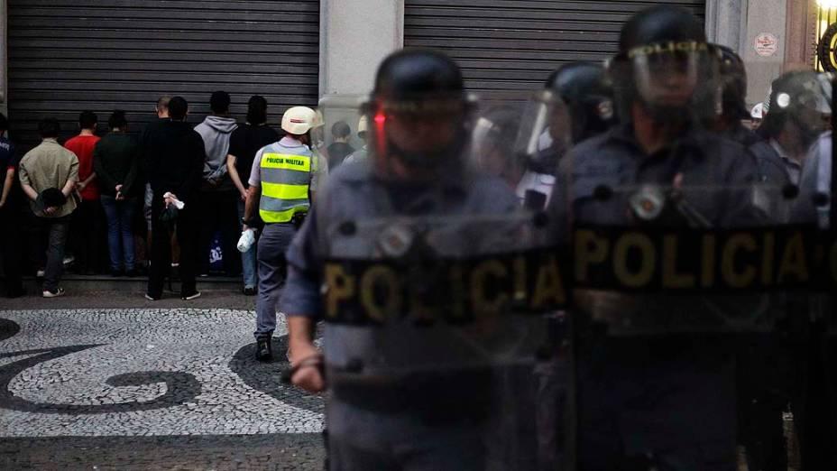 Aproximadamente 20 manifestantes são presos na Praça do Patriarca durante o protesto contra o aumento das tarifas do transporte coletivo na cidade, em frente ao Theatro Municipal, centro de São Paulo (SP), nesta quinta-feira (13)