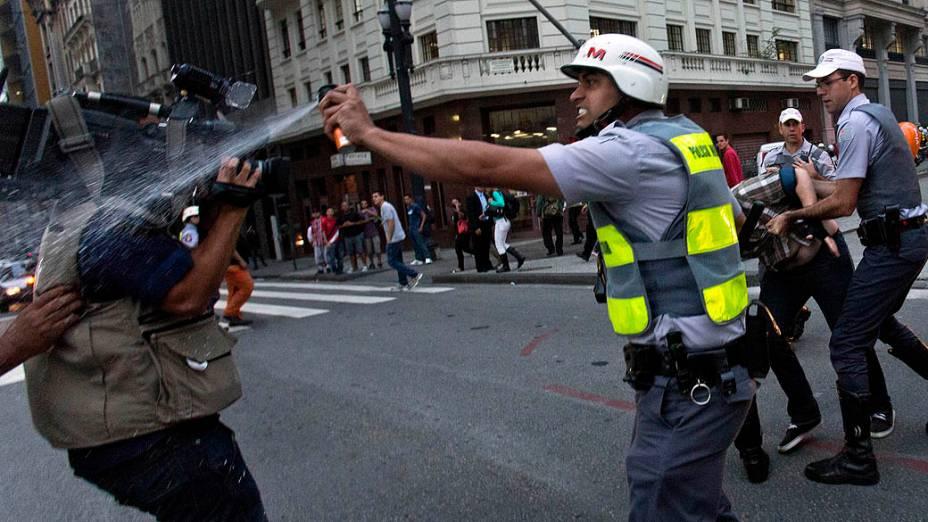 Policial militar atinge cinegrafista com spray de pimenta durante protesto contra o aumento da tarifa do transporte urbano em frente ao Teatro Municipal, no centro de São Paulo, nesta quinta-feira (13)