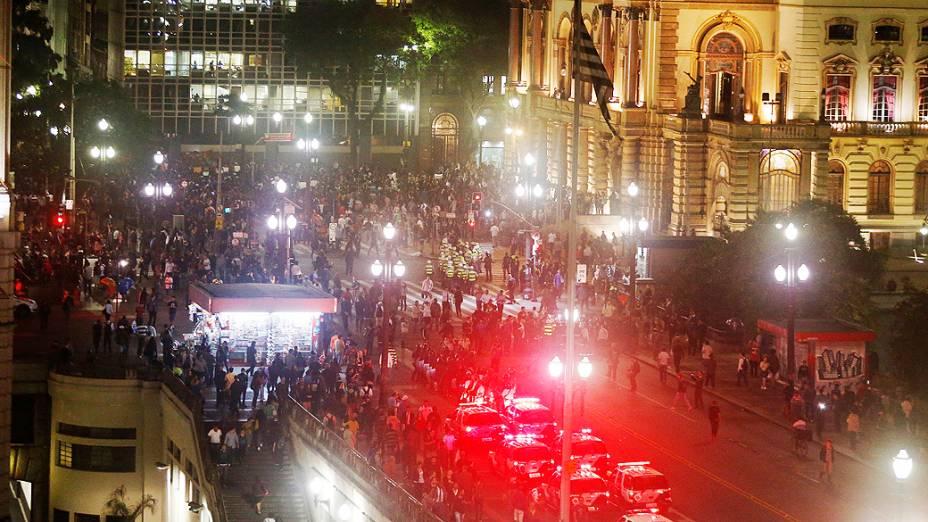 Manifestantes realizam protesto contra o aumento da tarifa de ônibus em frente do Teatro Municipal, na região central da cidade, nesta quinta-feira (13)