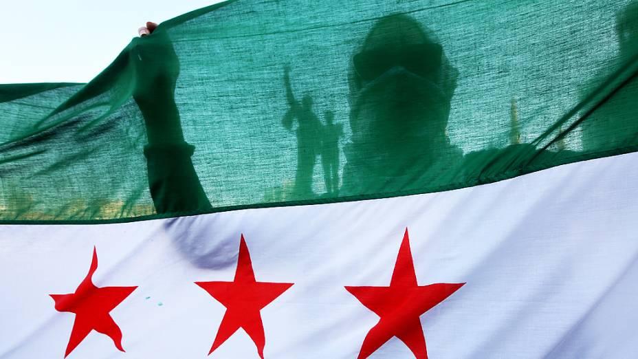 Ativista sírio durante manifestação contra a participação do Hezbollah, grupo armado libanês, na guerra civil na Síria, ao lado das tropas do ditador Bashar al Assad