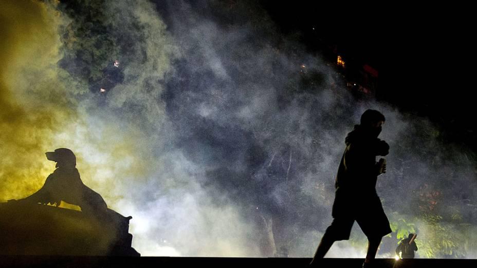 Manifestantes protestaram em frente ao Palácio do Governo Piratini, no centro de Porto Alegre, na quinta-feira (27)
