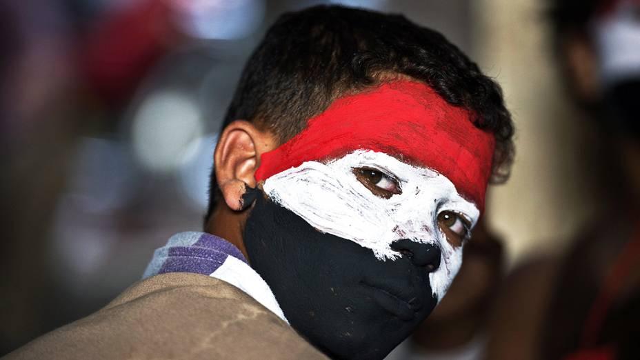 Jovem com o rosto pintado com as cores da bandeira nacional exige que Mursi renuncie em protesto na Praça Tahrir, no Cairo