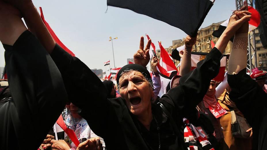 Manifestantes se reunem na praça Tahrir nesta quarta-feira (03), no prazo dado pelos militares para o presidente egípcio, Mohammed Morsi, renunciar. O presidente fez um discurso desafiador na noite passada e prometeu permanecer no poder, apesar das ameaças militares. Como a agitação se espalha por todo o país, pelo menos 23 pessoas foram mortas e mais de 200 ficaram feridas, no Cairo, Egito