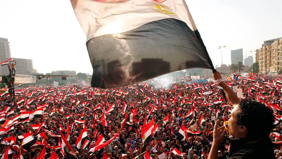 Opositores do presidente Mohammed Morsi protestam na praça Tahrir, no Cairo