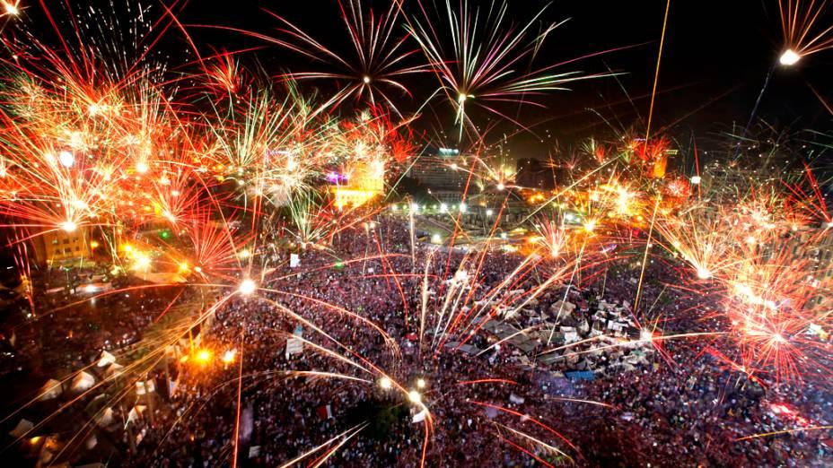 Opositores do presidente do Egito, Mohamed Mursi, soltam fogos de artifício na Praça Tahrir, quarta-feira (3/07/2013)