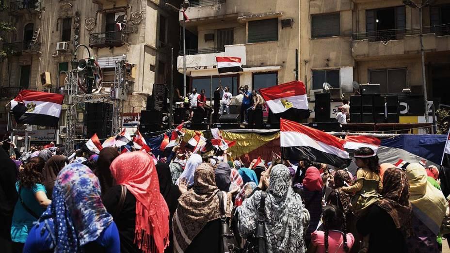 Egípcios se reúnem na praça Tahrir, no Cairo nesta quinta-feira (04), depois de uma noite de celebrações após a derrubada do deposto presidente egípcio Mohammed Mursi