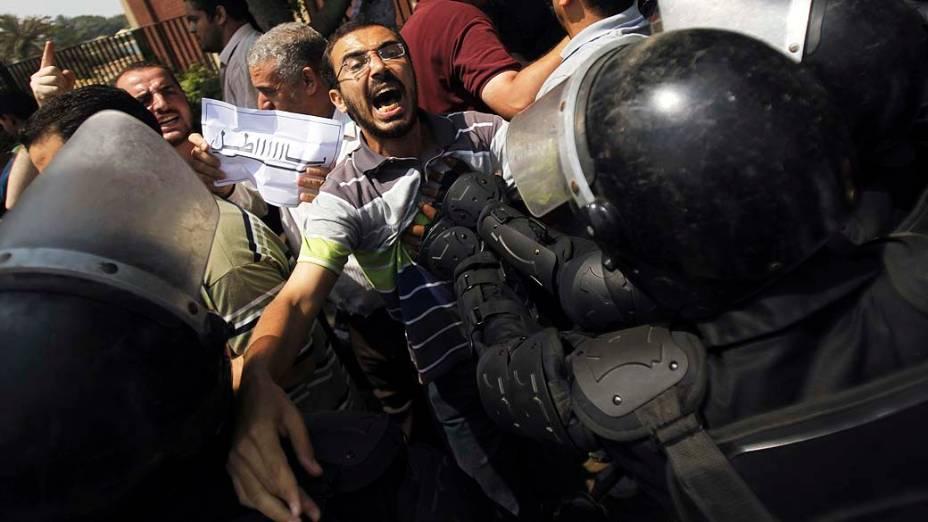 Membros da Irmandade Muçulmana e simpatizantes do deposto presidente egípcio, Mohamed Mursi, entram em confronto com a polícia durante a cerimônia de posse do chefe do Tribunal Constitucional Adli Mansour como presidente interino do país nesta quinta-feira (04), no Cairo