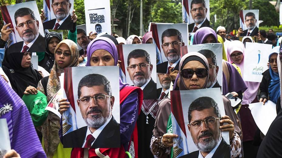 Apoiadores do presidente deposto egípcio, Mohamed Mursi, durante um protesto de apoio perto da embaixada egípcia em Kuala Lumpur (Malásia)