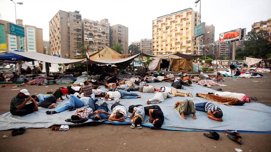 Apoiadores do presidente deposto egípcio, Mohamed Mursi, acampam na praça Rabaa Adawiya no Cairo (Egito)
