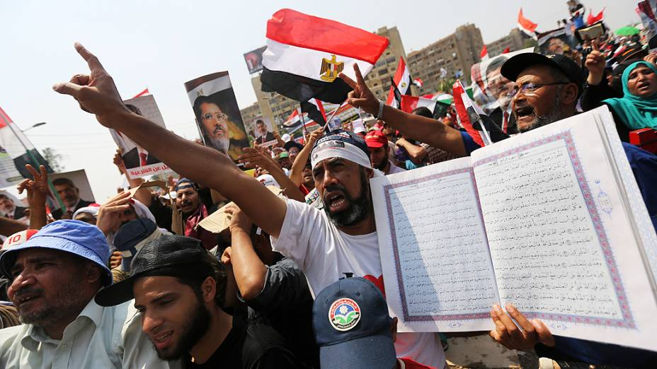 Apoiadores do presidente deposto do Egito, Mohamed Morsi, durante um protesto de apoio, próximo à Guarda Republicana no Cairo nesta terça-feira (9)