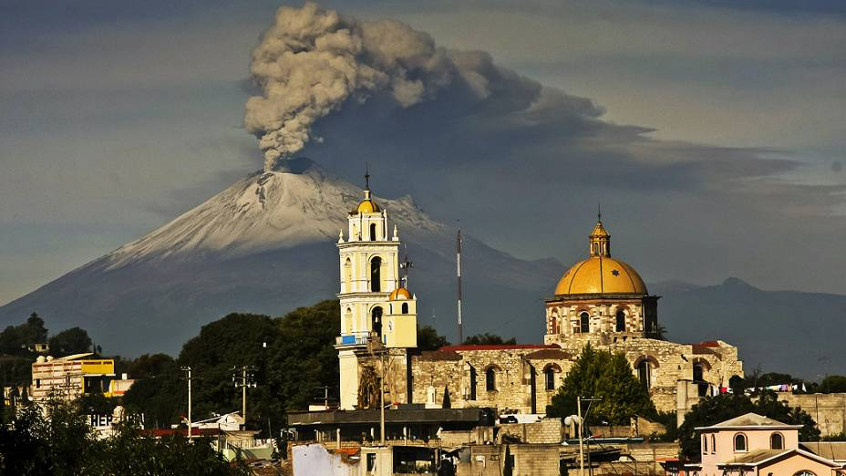 <p>Vulcão Popocatepetl entra em atividade, expele cinzas, fumaça e material incandescente e deixa o México em alerta</p>