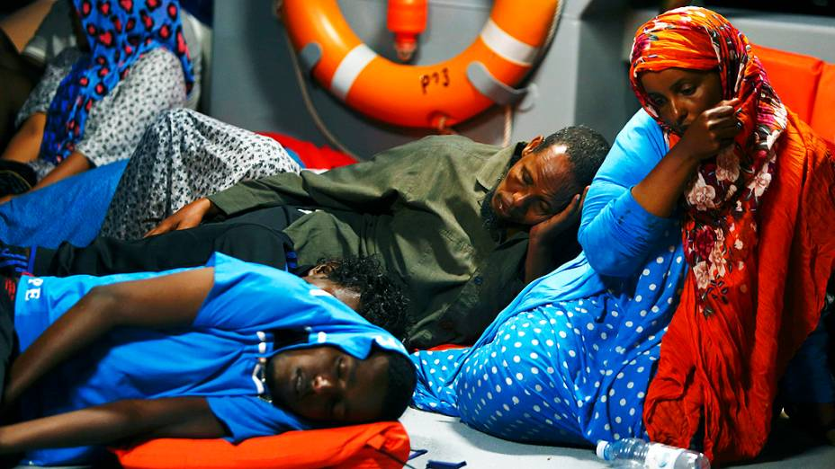 Imigrantes que tentavam entrar de forma irregular na Europa usando um barco aguardam atendimento médico, nesta quarta-feira (10), em Malta