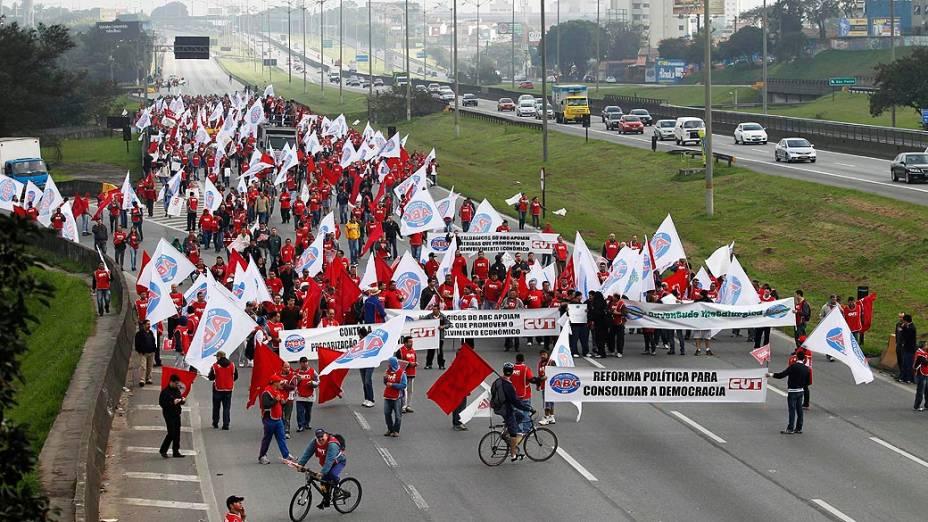 """Ato de sindicalistas bloqueia a Via Anchieta em São Bernardo do Campo (SP). O chamado """"Dia Nacional de Luta com Greves e Mobilizações"""", convocado pelas principais centrais sindicais do país"""