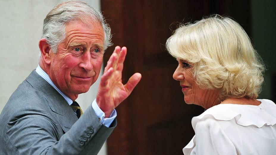 Príncipe Charles visita bebê de Kate e William